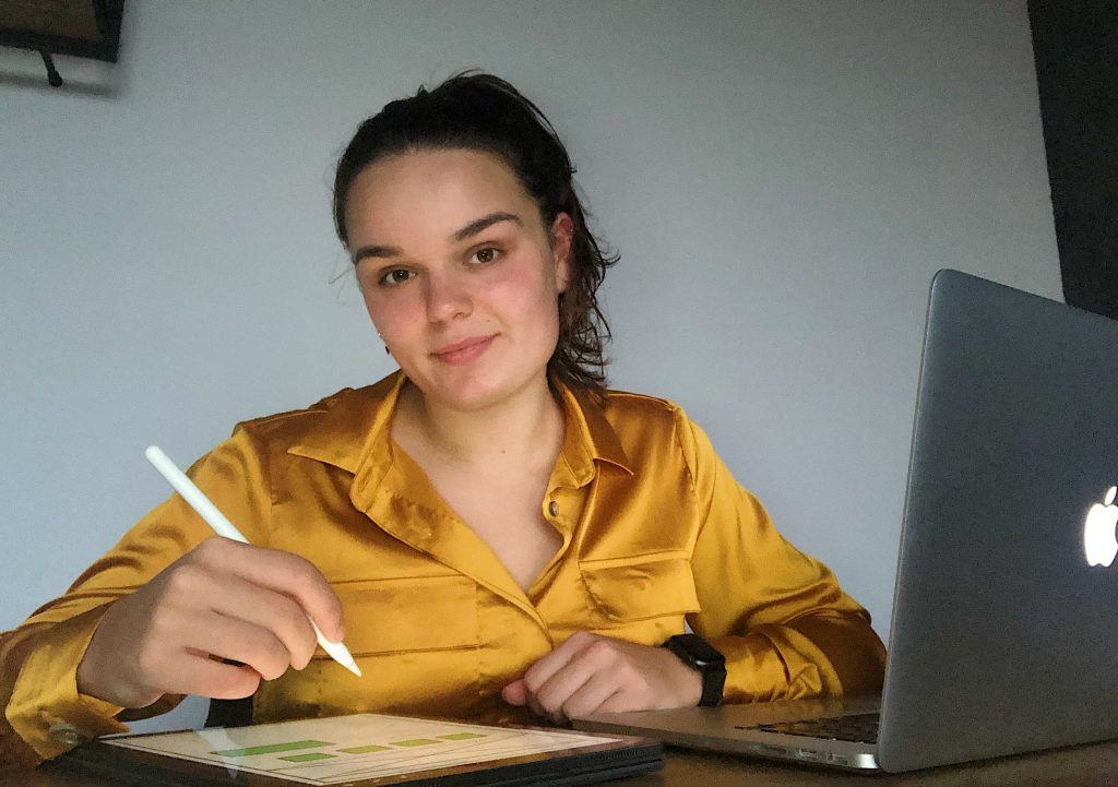 Onze ux design afstudeerstagiaire is hard aan het werk voor haar project thuis.l